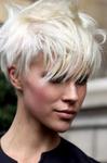 coupe femme cheveux courts très effilé frange longue