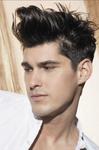 coupe homme cheveux courts sur le côtés plus longs sur le dessus